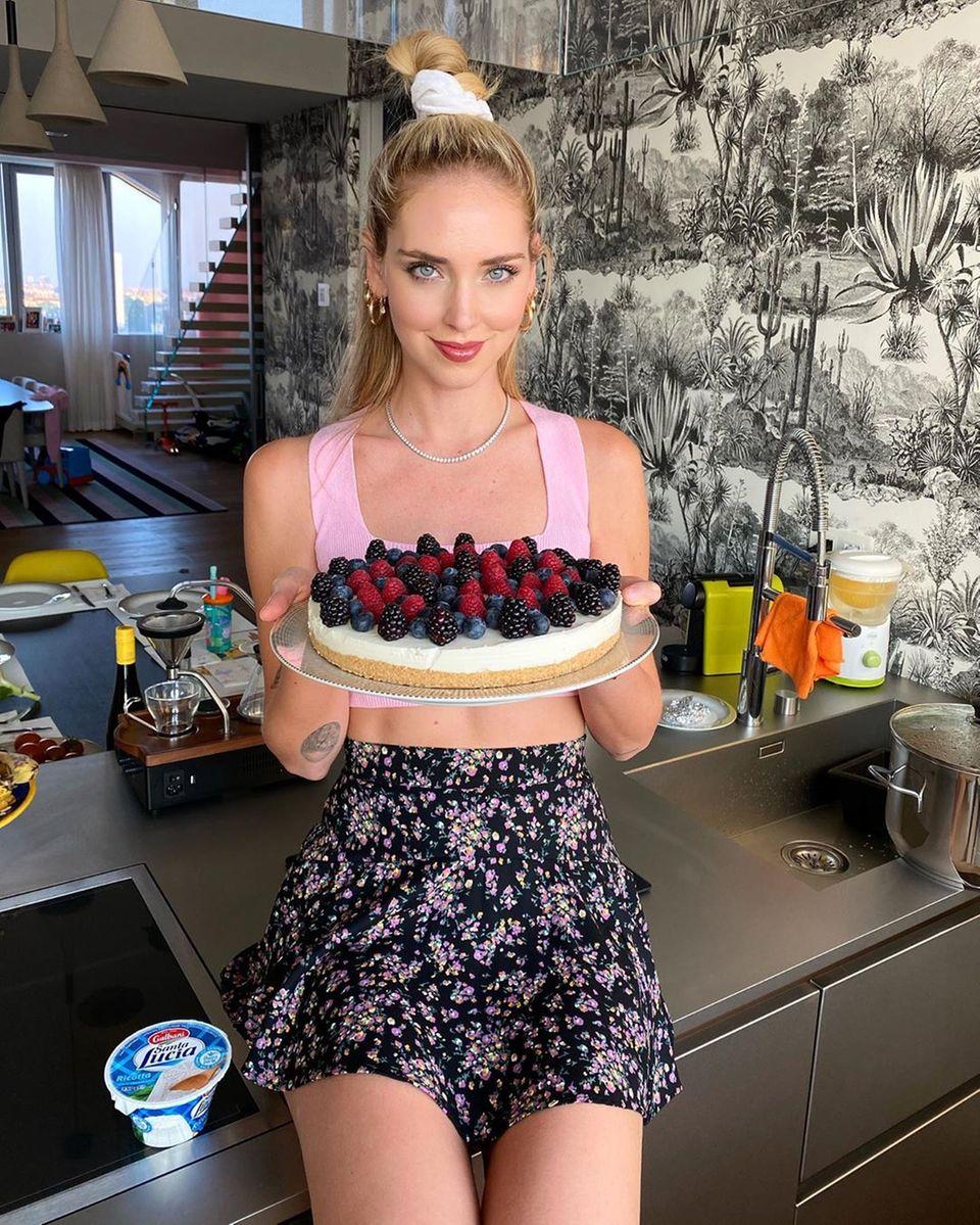 Chiara Ferragni ist überrascht, wie einfach kochen sein kann. Die Influencerin zaubert einen Käsekuchen mit Waldbeeren und als Topping hat sie ihr Outfit farblichan die Beeren angepasst.