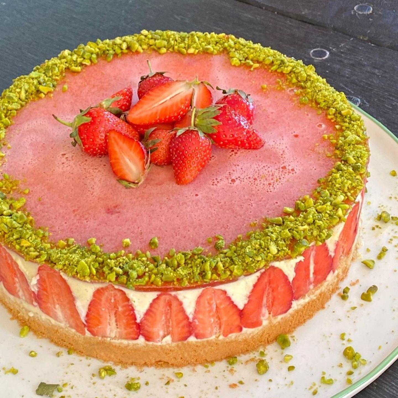 """Erdbeer-Biskuit-Sahnetorte mit Pistazien - wer kann dazu schon """"Nein"""" sagen? Diese ansprechende Kalorienbombe ist das Werk von Viktoria Lauterbach"""