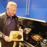 Hier kocht der Chef noch selbst. Boris Becker serviert Wildreis mit Gemüse, ganz kalorienbewusst und vegan.