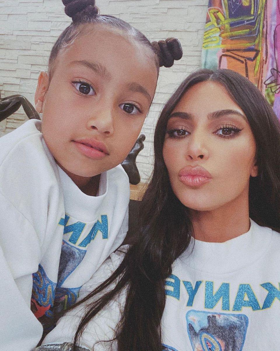 26. April 2020  Kim Kardashian hat keine Probleme mit der Quarantäne. Auf Instagram schreibt sie, dass es für sie das Schönste in dieser Zeit ist, 24 Stunden mit ihren Kindern zusammen zu sein. Mit Tochter North postet sie ein Foto im Partnerlook. Beide tragen ein T-Shirt mit dem Schriftzug von Papa und Mann Kanye West.