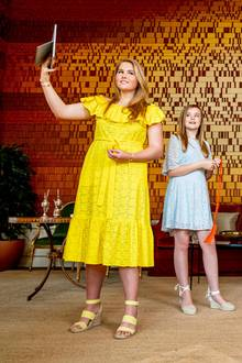 Am 27. April ist der Königstag in den Niederlanden, der in diesem Jahr aufgrund des Coronavirus größtenteils virtuell stattfindet.Doch zudiesem Anlass wirft sich Prinzessin Ariane trotzdem in Schale und erstrahlt in einem hellblauen Sommerkleid, welches übrigens vorher ihrer großen Schwester Kronprinzessin Amalia gehört hat. Was ihre Schuhe angeht, hat sie sich jedoch offenbar von den britischen Royal-Damen inspirieren lassen ...