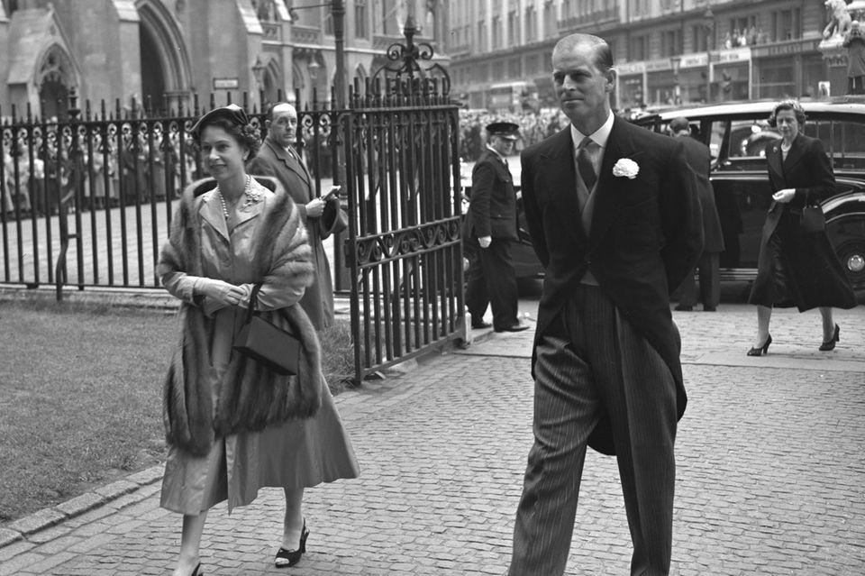 Queen Elizabeth und Prinz Philip 1952 auf dem Weg zur Westminster Abbey, wo sich John Spencer und Frances Ruth Burke Roche gleich das Jawort geben.