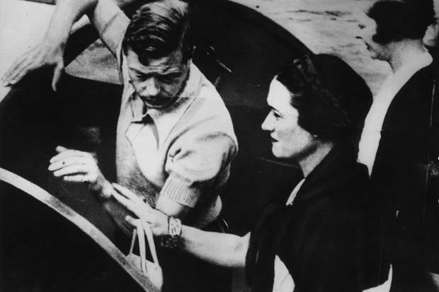 Prinz Edward und Wallis Simpson machen im Jahr 1936 Urlaub im damaligen Jugoslawien. Solche Aufnahmen abzudrucken wagt sich die britische Presse zunächst nicht. Später im Jahr tritt Edward als König zurück.