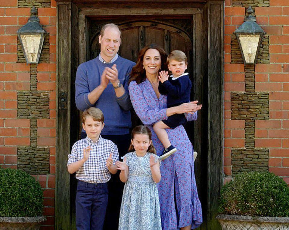 24. April 2020  Jeden Freitag um 20 Uhr bekunden britische Bürger durch Klatschen ihre Unterstützung und Dankbarkeit für die Helfer des Gesundheitssystems. Auch Prinz William und Herzogin Catherine treten vor die Tür ihres Zuhauses und schließen sich der Aktion an, um die Helfer im Kampf gegen das Coronavirus zu unterstützen.