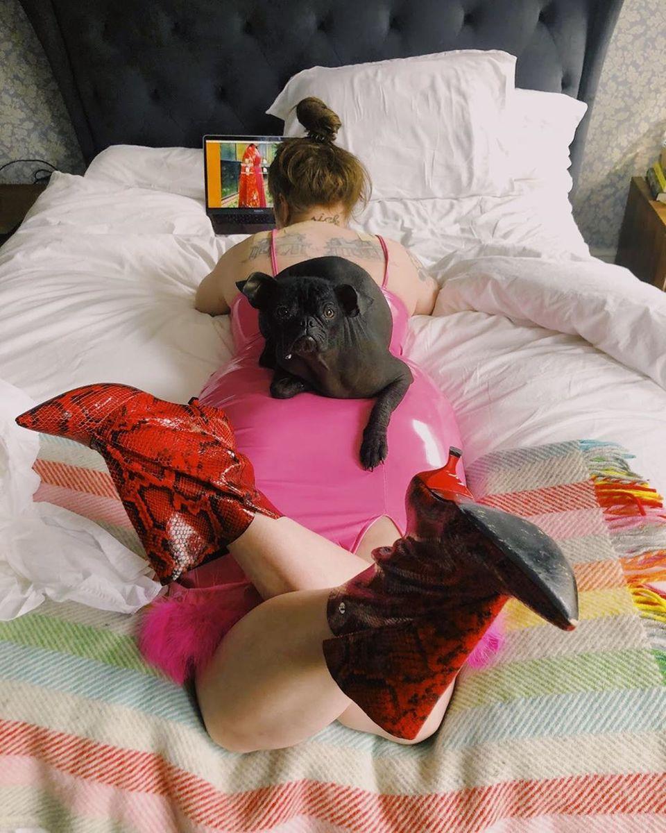 """Schauspielerin Lena Dunham hat sich ihr Homeoffice ungewöhnlich eingerichtet. Lakonisch grüßt sie auf Instagram: """"Fröhlichen Montag!! Ich arbeite von zu Hause!!"""""""