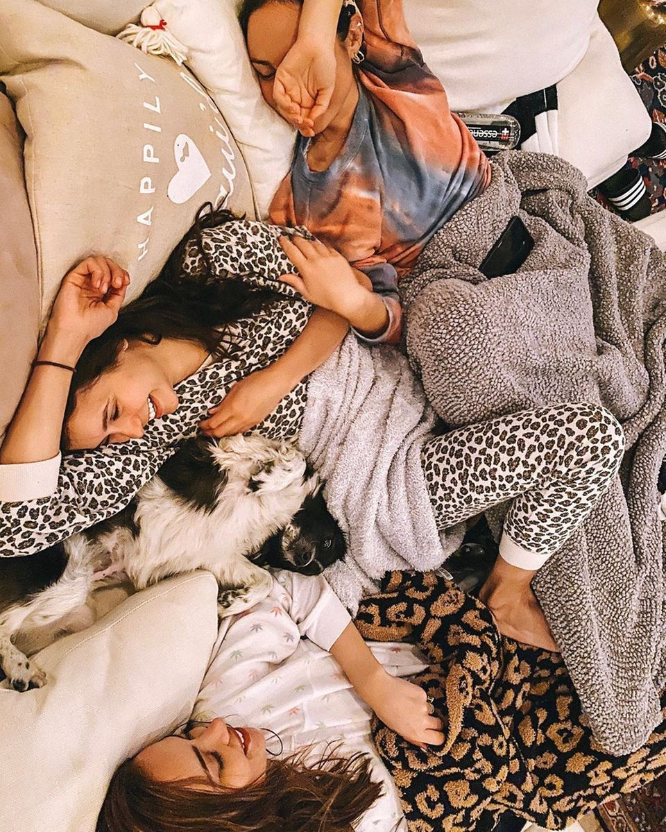"""Die """"Vampire Diaries""""-Schauspielerin Nina Dobrev hat einen Plan für die Zeit nach Corona: """"Wenn die Quarantäne zu Ende ist, eröffne ich ein Knuddelzentrum. Und alle haben freien Eintritt"""", stellt sie ihre Idee auf Instagram vor."""