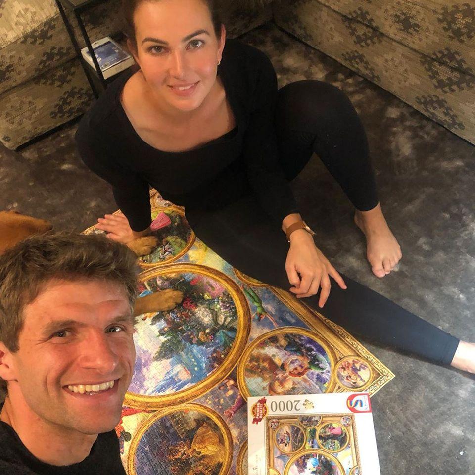 """Thomas und Lisa Müller haben sich etwas ganz Normales vorgenommen. Im Hometeam setzen sie ein 2000-Teile Puzzle zusammen und präsentieren das Ergebnis stolz auf Instagram. Der Fußballstar räumt aber ein: """"2000 Teile sind brutal""""."""