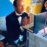 In Corona-Zeiten muss der Deutsche Filmpreis in diesem Jahr ohne Publikum stattfinden. Die meisten der 200 Gäste lassen sich online zuschalten, wie auch Wotan Wilke Möhring. Aus welchen Gründen auch immer - er sitzt in der Ukraine fest. Bei der Übertragung ist er zwar live dabei, aber ohne Hose. Sieht ja keiner.
