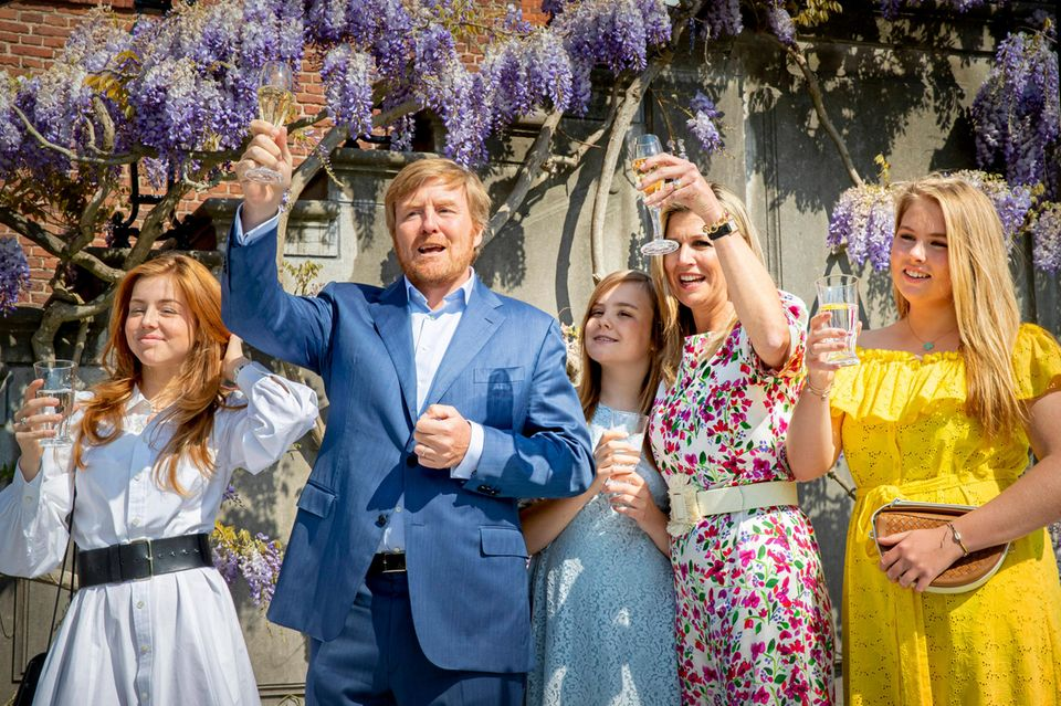 """Auch wenn sie den Königstag dieses Jahr zum """"Wohnungstag"""" erklären, zeigt sich die niederländische Königsfamilie bei schönstem Frühlingswetter in bester Feierlaune."""
