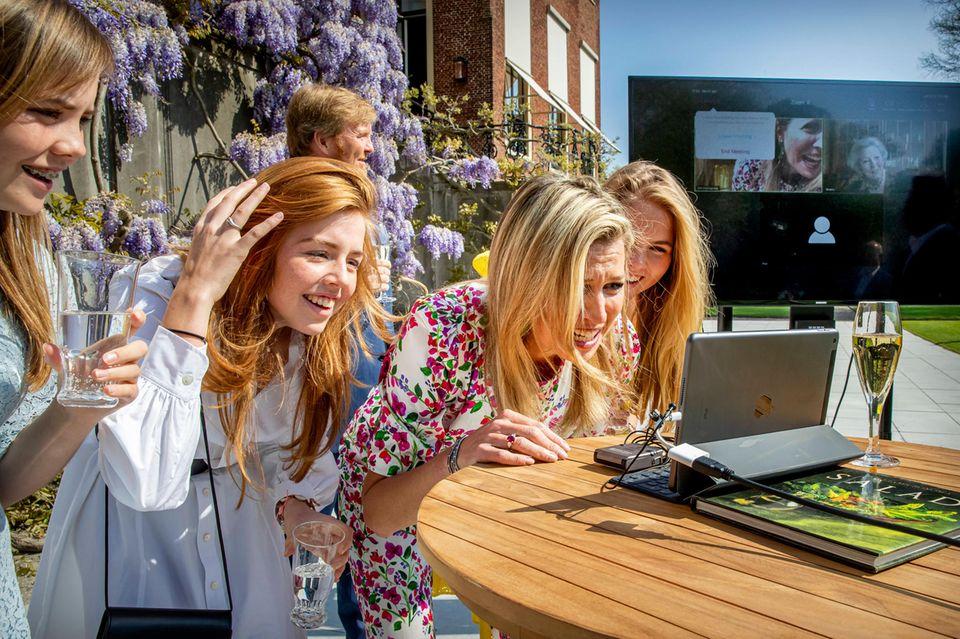 Beim nationalen Toast mit der Königsfamilie vor dem Schloss Huis Ten Boschsind auch Familie und Freunde per Livechat zugeschaltet. Königin Máxima und ihre Mädels chatten gut gelaunt mit Prinzessin Beatrix.