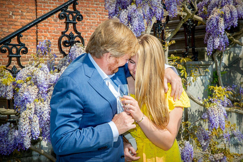 Herzlich umarmt König Willem-Alexander seine älteste Tochter Amalia, die Thronfolgerin der Niederlande.