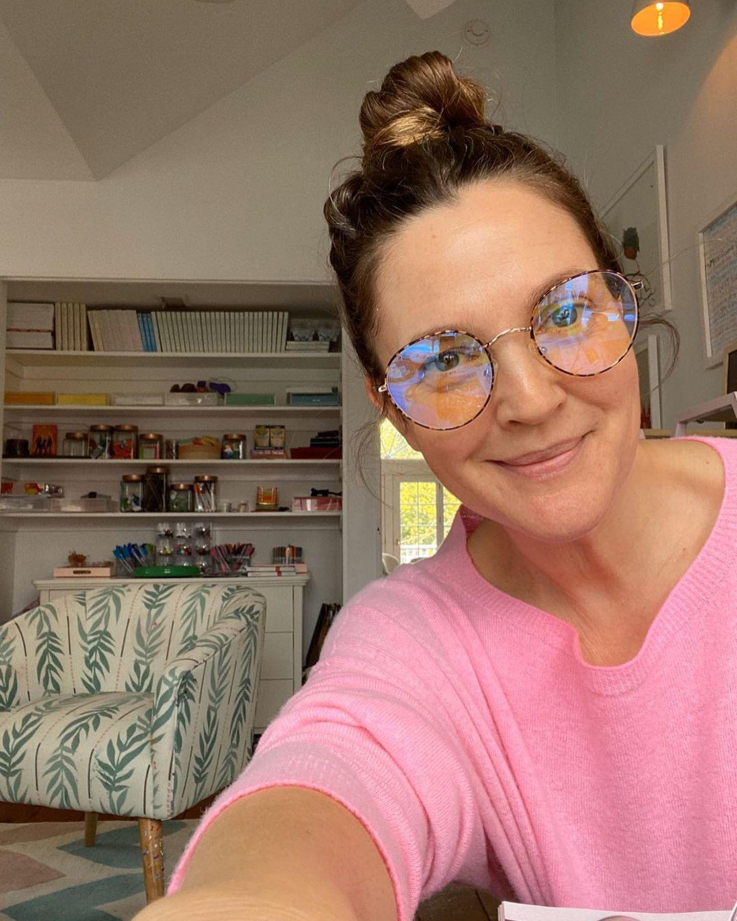 27. April 2020  Drew Barrymore ist nicht nur als Schauspielerin erfolgreich, sondern auch als Designerin und Unternehmerin , unter anderem mit ihrer Brillenkollektion. Im März 2020 hat sie die Kollektion um Arbeitsplatz-Brillen erweitert. Diese verhindern eine Überlastung der Augen bei lang anhaltender Arbeit am Computer. In Zeiten des Homeoffices in der Quarantäne eine wahre Erleichterung.