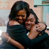 """27. April 2020  Michelle Obamas Buch """"Becoming"""" kommt auf die Bildschirme. Der Dokumentarfilm, den Netflix am 6. Mai herausbringt, begleitet sie auf ihrer weltweitenLesereise zu ihrer Erfolgs-Autobiographie und zeigt """"die Geschichten der unglaublichen Menschen, denen ich nach der Veröffentlichung meiner Memoiren begegnet bin"""", schreibt sie auf Instagram. """"Wie viele von euch wissen, liebe ich es, Menschen zu umarmen. Es ist die einfachste und natürlichste Art zu sagen 'Ich bin für dich da'. Ich hoffe, dass dieser Film in dieser schwierigen Zeit Inspiration und Freude bringt."""""""