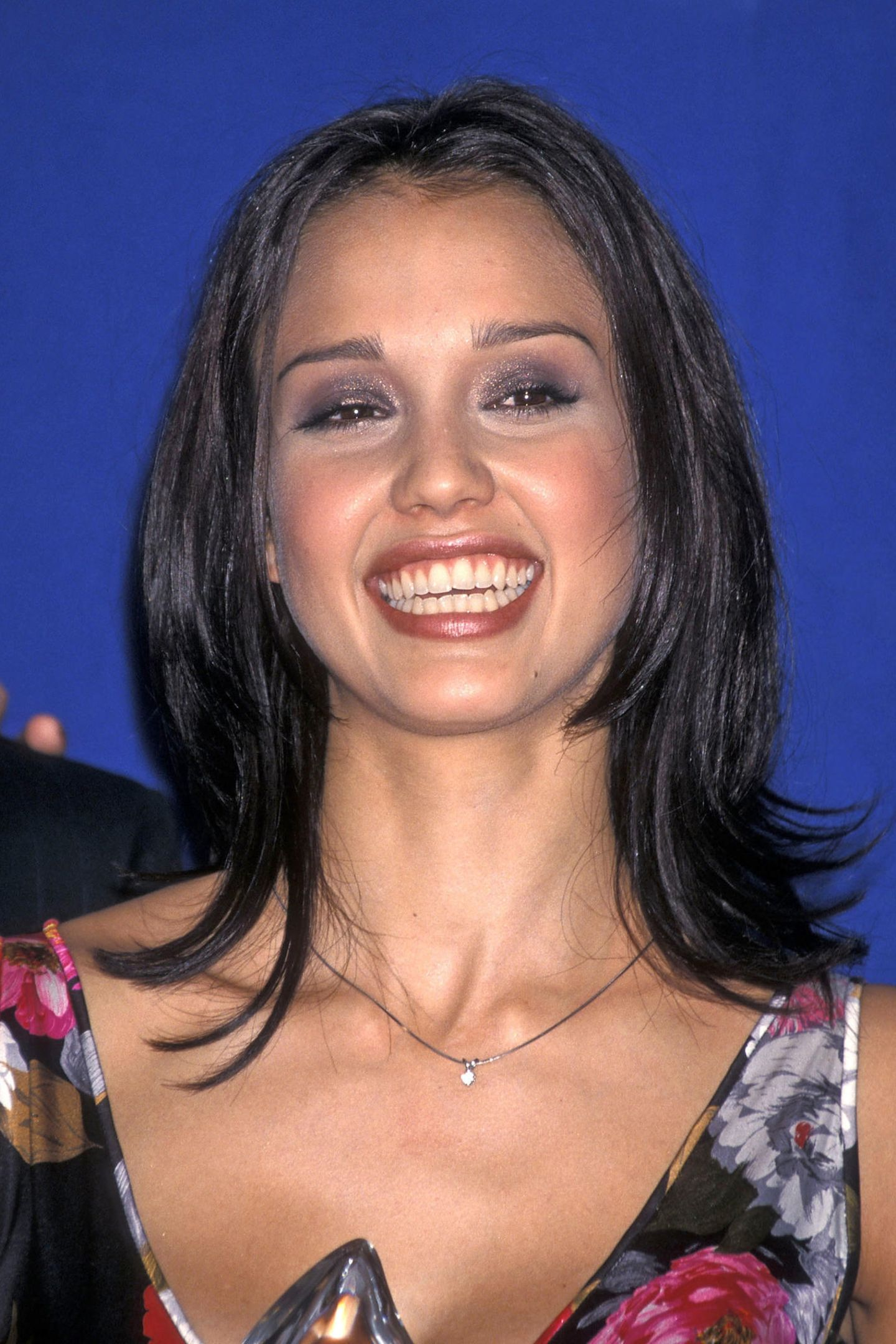 """2001  In der Rolle der Max Guevara in """"Dark Angel"""" begeistert Jessica Alba seit dem Herbst 2000 die Serien-Fans. Ein Jahr später gewinnt sie sogar den """"People Choice Award"""". Glitzer war in den 2000-Jahren superangesagt auch Jessica Alba setzt bei der Preisverleihung auf ein schimmerndes Make-up. Glitzer-Lidschatten in Lila und rosafarbener Lipgloss zaubern einen wahren Gewinnerlook."""