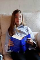 """23. April 2020  Prinzessin Leonor und Prinzessin Sofía nehmen an der traditionellen Lesung von """"Don Quijote"""" teil. In Corona-Zeiten natürlich von zu Hause aus. Für die jüngere Prinzessin Sofía ist das ein bedeutendes Ereignis, spricht sie doch zum ersten Mal öffentlich - und meistert ihr Debüt mit Bravour. Bis dahin begleitete sie ihre größere Schwester und Thronfolgerin zwar bei Auftritten, hatte dabei aber keine eigene Rolle."""