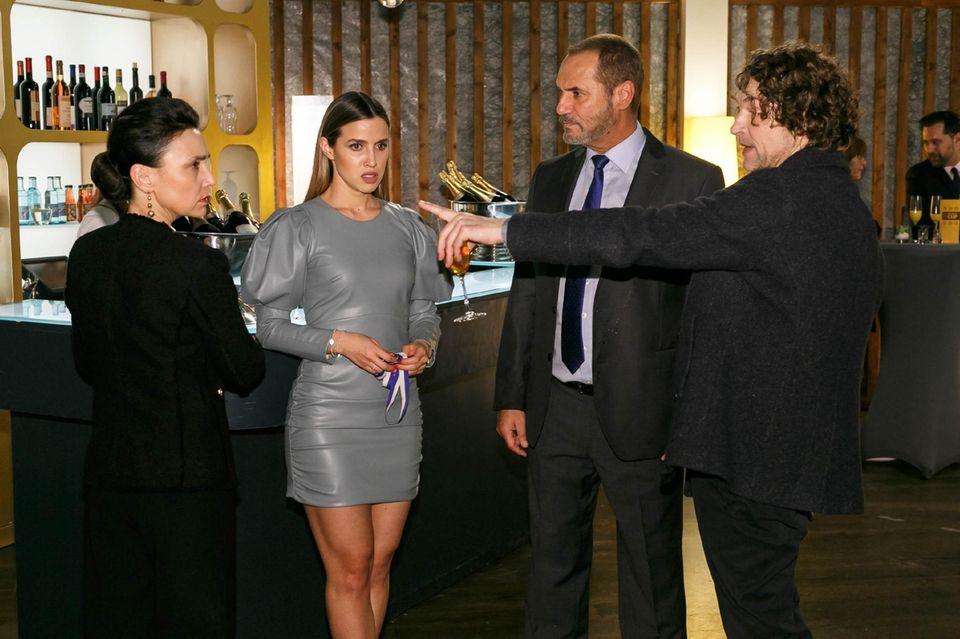 Simone (Tatjana Clasing) wird in Anwesenheit von Chiara (Alexandra Fonsatti) und Richard (Silvan-Pierre Leirich) von Niclas (Ron Holzschuh) angegangen.