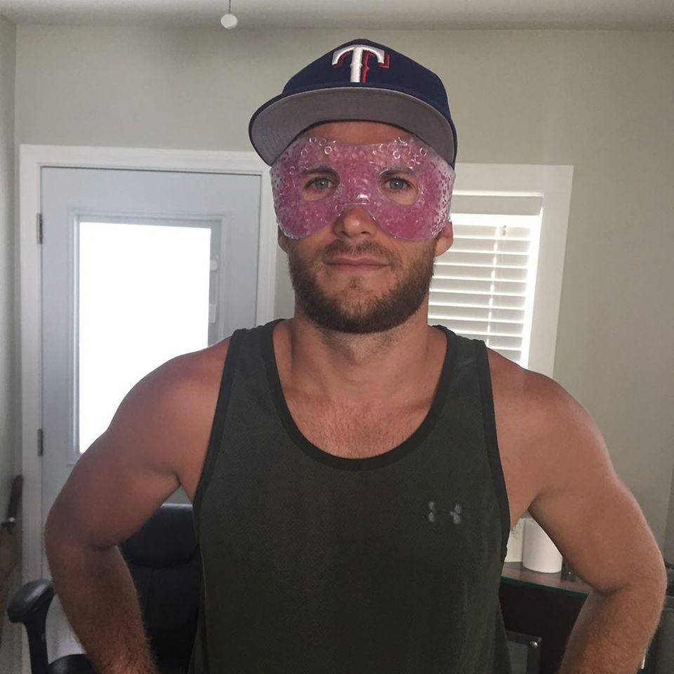 """Scott Eastwood findet sein Gesicht etwas verquollen und legt eine Kühlmaske auf. Damit fühlt er sich """"wie eine neue Art Held in den Marvel-Filmen"""", gibt er auf Instagram zu."""
