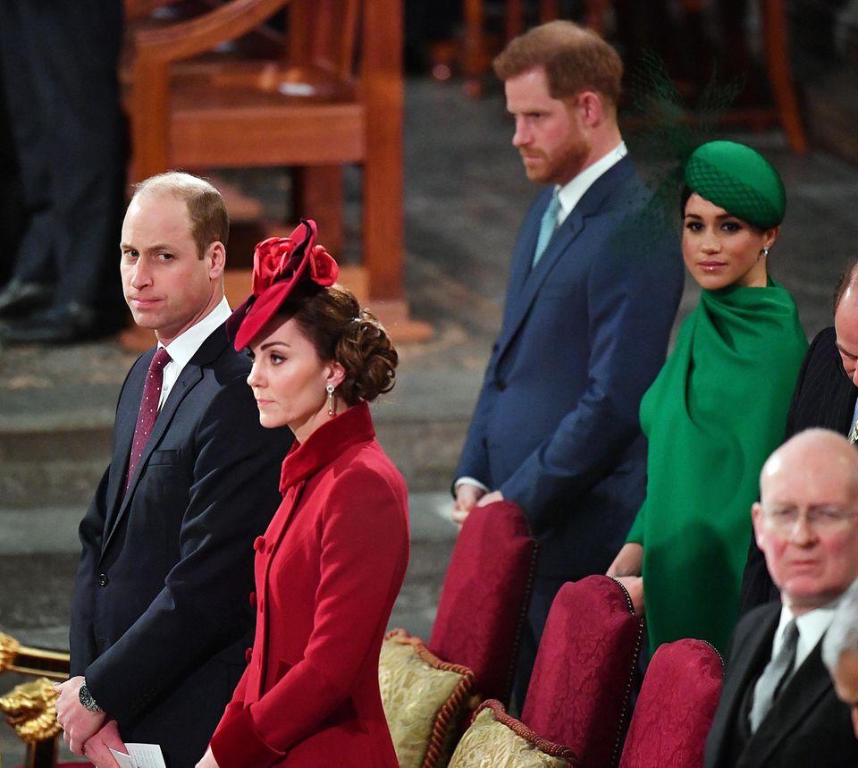 Die Interaktion zwischen denEhepaaren Cambridge und Sussex bleiben auf ein Minimum beschränkt. Gemäß des royalen Protokollssitzen die Sussexeshinter den Cambridges. Immerhin: Als William und Kate zu ihren Plätzen kommen, erhellen sich die Gesichter von Harry und Meghan. Die Herzogin winktihrem Schwager und ihrer Schwägerin sogar kurz zu. Während William die beiden knapp, aber freundlich grüßt, scheint Kate reserviert.
