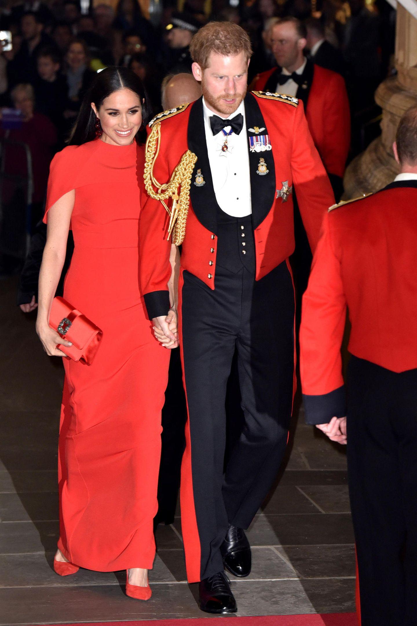 7. März 2020  Es ist ein emotionaler Auftritt für Harry: Beim Mountbatten Music Festival in der Royal Albert Hall darf er zum letzten Mal die Uniform eines Captain General of the Royal Marines tragen. Die ehrenvolle Position hatte Harry 2007 von seinem Großvater Prinz Philip übernommen. Wenn der Megxit in Kraft tritt, muss er den militärischen Ehrentitel abgeben.