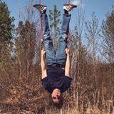 """26. April 2020  Auf diesem Screenshot seines Videos auf Instagram steht seine Welt Kopf. Comedian Michael """"Bully"""" Herbig ist wie immer zu Scherzen aufgelegt und schreibt dazu: """"Ich liebe es, sonntags einfach mal'n bisschen abzuhängen!""""."""