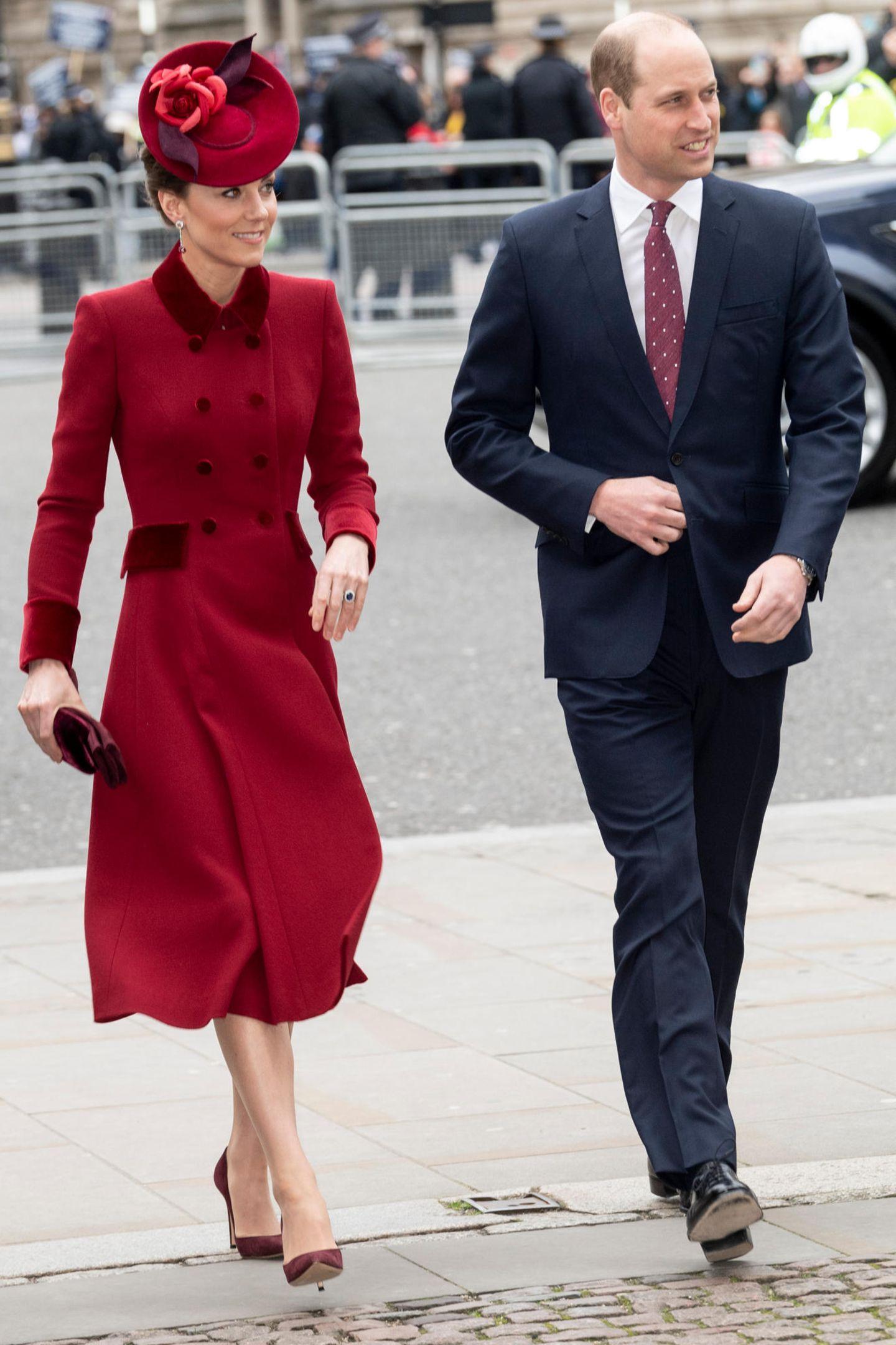 """Kate und William treffen kurznach Harry und Meghan ein. Kurz vor dem Termin hat der Palast eine Änderung im Ablauf bekannt gegeben: Sowohl Kate und William als auch Harry und Meghan würden nach ihrer Ankunft direkt zu ihren Plätzen geführt werdent. Beim Commonwealth Day 2019 war das noch anders: Die Royals hatten gemeinsam im Eingangsbereich auf das Eintreffen der Queen gewartet, um ihr danachzu den Plätzen zu folgen.  """"Jede Geste, jede Mimik und jedes Wortist der Nährboden für neue Spekulationen und Gerüchte. Der Protokollchef hat also dafür gesorgt, dass eine Gruppensituation wie 2019 nicht entsteht"""", erklärt Royal-Korrespondent Arndt Striegler GALA."""