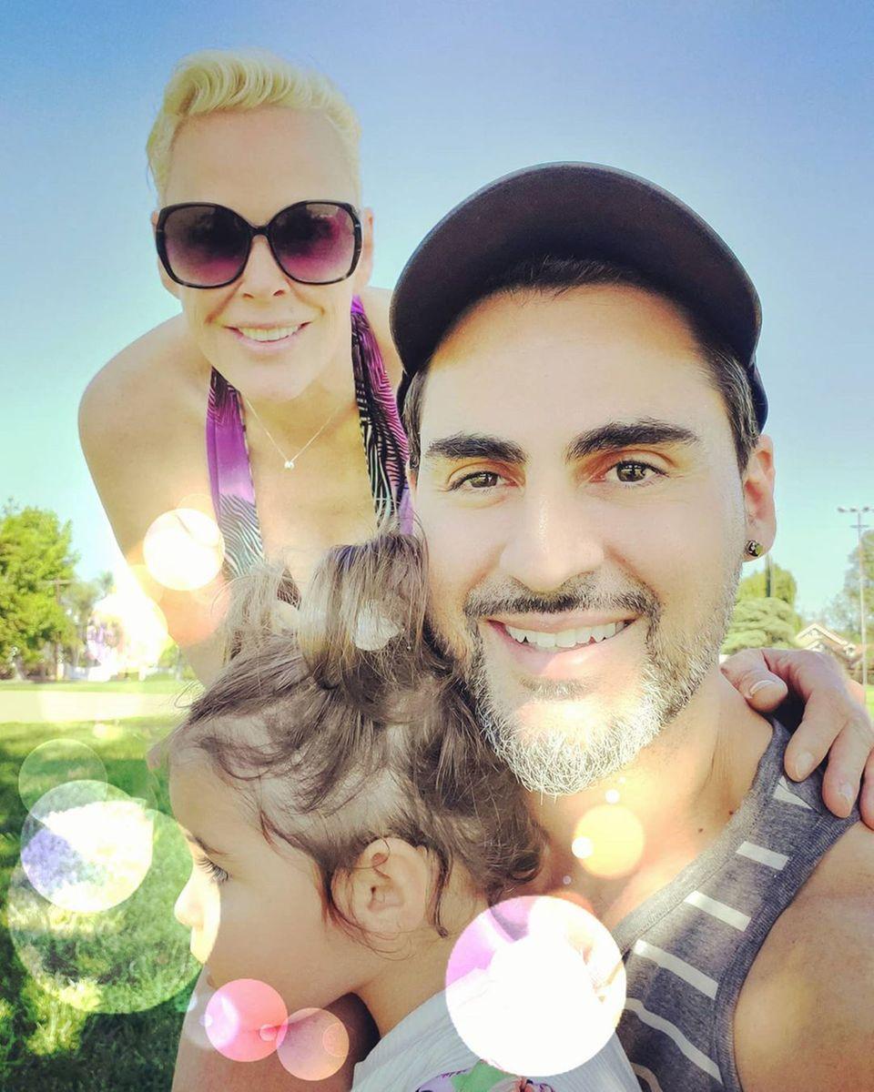 29. April 2020  Irgendwann wird nach der Coronakrise der hektische Alltag wieder beginnen. Doch bis dahin genießt Brigitte Nielsen die Familienzeit mit ihrem MannMattia Dessì und der gemeinsamen Tochter Frida. Auf Instagram teilt sie dieses schöne Foto, auf dem alle sehr zufrieden aussehen.