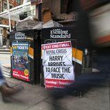 """13. Januar 2020  Harry, William, Charles und die Queen treffen sich zu einem Krisengipfel imSandringham House, dem Anwesen der Queen im Osten Englands. """"Royale Krise - Harry kommt, um die Suppe auszulöffeln"""", titelt """"The Evening Standard"""". Am Abend gibt die Königin ein Statement heraus, in dem sie Harry und Meghan - auch im Namen der anderen Royals - ihre Unterstützung zusagt.  Fünf Tage später der Paukenschlag: Der Palast gibt bekannt, dassdie Sussexes keinerleiroyalePflichten mehr wahrnehmenund ihren Titel """"Königliche Hoheit"""" in der Öffentlichkeit ablegen werden. Aus dem von Harry und Meghan angestrebten Teilrücktritt ist ein Komplettrücktritt geworden."""