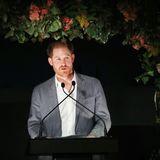 """19. März 2020  Harry hält bei einem Dinner in London zugunsten seiner Charity-Organisaton Sentebale eine sehr persönliche Rede. """"Die Entscheidung, die ich getroffen habe - dass meine Frau und ich zurücktreten - habe ich nicht leichtfertig getroffen. Es waren so viele Monate der Gespräche nach so vielen Jahren der Herausforderungen. Und ich weiß, ich habe es nicht immer richtig gemacht. Aber so weit, wie es jetzt ist, gab es wirklich keine andere Option.""""  Großbritannienwerde seineHeimat bleiben und """"ein Ort, den ich liebe. Das wird sich nie ändern."""" Es mache ihn """"sehr traurig,wie es gekommen ist."""" Der Schritt aus dem Königshaus sei für ihn ein """"Schritt vorwärts in ein Leben""""von dem er hoffe, """"dass es friedlicher sein kann."""""""