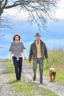 Macht das Paar einmal Pause von Staatsgeschäften undWohltätigkeitsarbeit,nutzt es die Zeit für Spaziergänge mit seinem Hund Brandie.