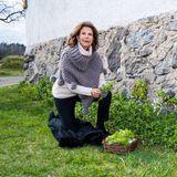 Wie viele andere Menschen, dieihre sozialen Kontakte wegender Corona-Pandemie reduziert haben,frönt Königin Silvia der Gartenarbeit. Ob sie hier vielleicht Material für ein Geburtstagssträußchen für Carl Gustaf sammelt?