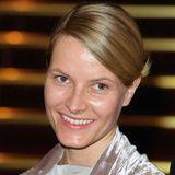 2001, als Mette-Marit noch die Verlobte von Prinz Haakon war, setzt sie auf einen ganz natürlichen Look und trägt ihre Haare leicht gesträhnt in einem warmen Blondton, auf ein glamouröses Make-up verzichtet sie komplett.