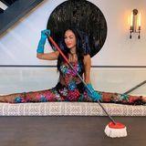 Wenn schon Quarantäne, dann bitte glamourös! Eine überaus gelenkige Nicole Scherzinger stellt auf Instagram ihr neues Glitzer-Outfit zum Putzen und Kochen vor. Mit Augenzwinkern versteht sich.