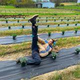 """Bella Hadid ist für ihren extravaganten Style bekannt. Auf Instagram zeigt sie sich gelegentlich aber ganz alltäglich: Zum Lavendel einpflanzen schmeißt das Supermodel die Designer-Klamotten über Bord und greift zu einer simplen Jeans, einer warmen beigen Jacke und Schnürboots. Ihre Schwester Gigi kommentiert dieses Bild mit """"Lavendel Olympiade"""", was in Anbetracht der unzähligen Pflanzen und Bellas Pose den Nagel auf den Kopf trifft."""