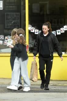 Ob das so eine gute Idee ist? Mel C ist mit ihrer Tochter und deren Freundin in Londoner Stadtteil Hampstead zum Shoppen unterwegs. Schutzmaske? Fehlanzeige. Den nötigen Abstand hält das Ex-Spice-Girl aber hoffentlich ein.