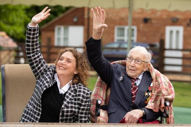 Hannah Moore und ihr Vater Tom grüßen die Royal-Air-Force Piloten.