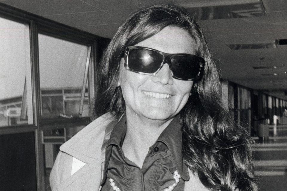 Zsuzsi Starkloff im September 1970 am Flughafen Heathrow in London.