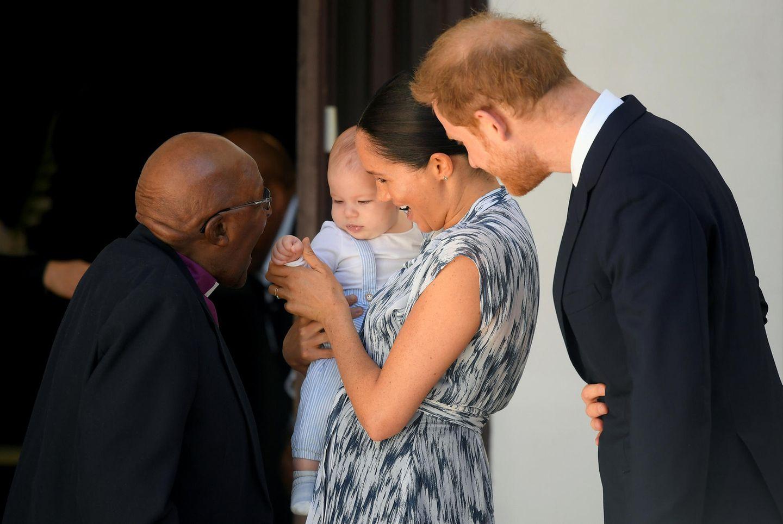 25. September 2019  Meghan und Harry sind auf Royal Tour in Südafrika. Zurgroßen Freude aller bringen sie ihren Sohn Archie zu einem Termin mit Erzbischof Desmond Tutu in Kapstadt mit. Es ist das erste Mal, dass man Archie seit seiner Taufe im Juli zu Gesicht bekommt und das erste Mal, dass er seine Eltern bei der Ausübung ihrer royalen Pflichten begleitet. Nicht nur wegen des Babys stimmt die Presse in der Heimat sanfte Töne an: Man ist sehr zufrieden damit, wie das Paar die Queen in Afrika repräsentiert.