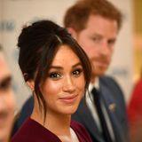 """Seit April 2020 sind Herzogin Meghan und Prinz Harry offiziell keine """"Senior Royals"""" mehr. Eine turbulente Zeit liegt hinter dem jungen Paar – zu viel für Meghan? Sie scheint Schutz zu suchen und trägt eine symbolträchtige Halskette ..."""