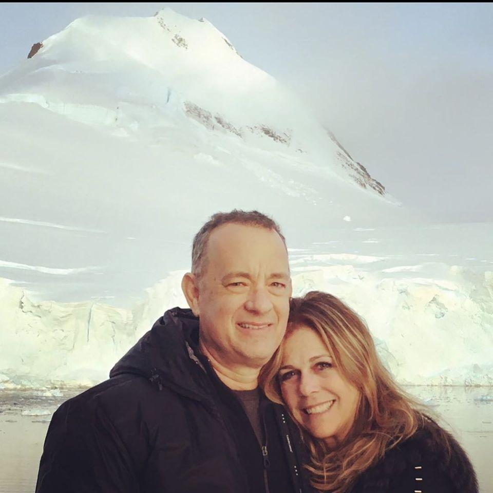 """30. April 2020  Tom Hanks und Rita Wilson sind seit 32 Jahren verheiratet. Auf Instagram gratuliert Rita Wilson ihrem Mann zum Hochzeitstag mit den Worten """"Alles Gute zum Hochzeitstag, mein Schatz. Lass' uns noch weitere 32 Jahre zusammen unseren Weg gehen, und dann noch ein bisschen länger"""". Kann es eine schönere Liebeserklärung geben?"""