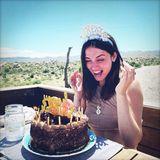 30. April 2020  Ana de Armas flippt vor Freude schier aus. Zu ihrem 32. Geburtstag überrascht Ben Affleck sie mit einer großen Cremetorte. Mit dem Geburtstags-Haarreif sieht sie fast aus wie eine Prinzessin mit Krönchen.