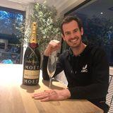 30. April 2020  Der Brite Andy Murray gewinnt die Madrid Virtual Open, denvirtuellen Ersatz für das aufgrund von Corona abgesagte Madrid Open Tennisturnier. Da hat der Tennisprofi an der Konsole wohl alles richtig gemacht und tut auch noch etwas Gutes:Sein Preisgeld von 150.000 Euro spendet er zu gleichen Teilendem britischen Gesundheitsservice (NHS) und dem Hilfsfond für Tennisspieler, die in diesen Tagen kein Einkommen haben.
