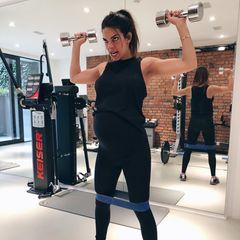 """Auf Kniebeugen folgt Armtraining: """"Wenn gesundheitlich alles stimmt, sollte man echt in Bewegung bleiben"""", so der Tipp der Schauspielerin. Ihren Babybauch hüllt sie für ihr Workout extra in schicke, sportliche Umstandsmode."""