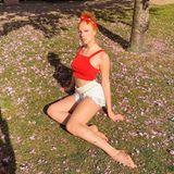 Im Londoner Stadtteil Chelsea aalt sich Anna Ermakova in der Frühlingssonne. In knappen Spitzen-Shorts und einem roten Crop-Top ist sie für die warmen Temperaturen bestens gerüstet – doch es ist etwas anderes, dass die Blicke des Betrachters auf sich zieht. Auf Annas linkem Bein sind Blütenblätter der Wiese zu erkennen. Scheinbar hat sich das Model beim Suchen der richtigen Pose mehrfach umgesetzt, sodass die Blumenblätter ein schönes Muster auf ihrem Bein hinterlassen haben.
