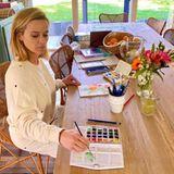 Schauspielerin Reese Witherspoon greift während der Quarantäne zum Pinsel und entdeckt so ein weiteres Talent. Nachdem sie sich die Malutensilien von ihrer Mutter geborgt hat, entsteht auf ihrem Küchentisch ein hübsches,blumiges Kunstwerk in Wasserfarbe.