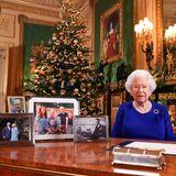 Für die Weihnachtskarte der Cambridge-Familie im Jahr 2019 wählt Kate ein Foto, auf dem sie dasselbe Wickelkleid von Boden trägt. Während der Weihnachtsansprache von Queen Elizabeth steht das Bild – hier gerahmt – auf dem Schreibtisch und ist für die ganze Welt sichtbar.