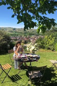 Mandy Capristo genießt ihren Sonntag in vollen Zügen und gönnt sich eine Tasse Kaffee im Sonnenschein. Die mit Köstlichkeiten gefüllten Tellerauf dem Gartentisch verputzt sie gemeinsam mit ihrer Familie – herrlich!