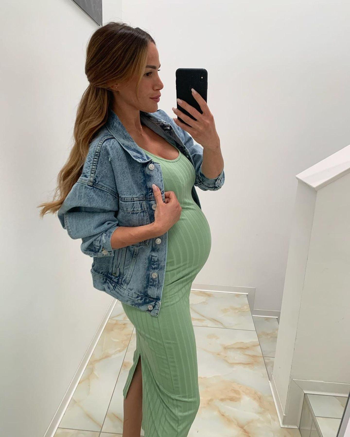 Stylishes Babybauch-Update: Angelina Pannek zeigt ihre 9-Monats-Kugel – verpackt in einem mintgrünen Tube-Kleid, das jede Rundung perfekt betont. Ihr gehe es super, so die Schwangere auf Instagram. Auch das Kinderzimmer sei fertig und bereit für das kleine Baby.