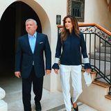 Auf ihrem Instagram-Account postet Königin Rania dieses Foto mit ihrem Mann KönigAbdullah II. Normalerweise reist das Paar um die Welt, Rania ist stets an Abdullahs Seite und präsentiert sich dabei immer ganz besonders stilvoll und glamourös. Während der Quarantäne setzt jedoch auch eine Königin auf einen etwas lockereren Look - doch so wirklich bequem wirkt Ranias Version eines entspannten Outfits nicht. Sie kombiniert eine raffinierte Sweatshirt-Jacke von Ganni mit einer weißen Anzugshose, die nicht wirklich perfekt sitzt.