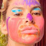 """Eva Mendes hat die Kontrolle verloren, aber anscheinend nur über die Schminkkünste ihrer Töchter. Diesen witzigen Instagram-Post nutzt sie nämlich, um auf die Charity-Organisation """"Dine 11"""" aufmerksam zu machen."""