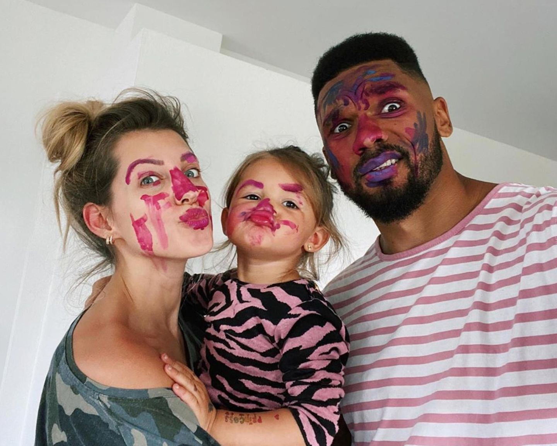 Auch bei Familie Harrison gab es eine Explosion im Farbtopf. Sieht aber so aus, als hätten Sarah, Mia und Dominic dabei aber eine Menge Spaß gehabt.